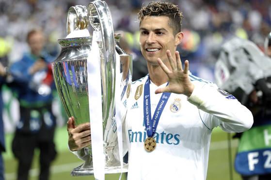 지난 5월 레알 마드리드의 유럽 챔피언스리그 우승을 이끈 직후 트로피를 들고 포즈를 취한 호날두. [AP=연합뉴스]