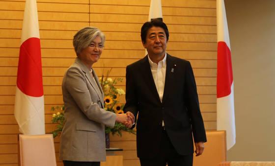 강경화 외교장관(왼쪽)이 8일 일본 총리 공관에서 아베 일본 총리와 만나 악수를 하고 있다. [연합뉴스]