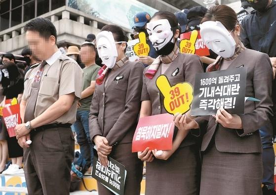 아시아나 직원들이 8일 서울 광화문광장에서 열린 '아시아나항공 경영진 규탄 문화제'에 앞서 숨진 기내식 업체 대표를 추모하는 묵념을 하고 있다. 강정현 기자