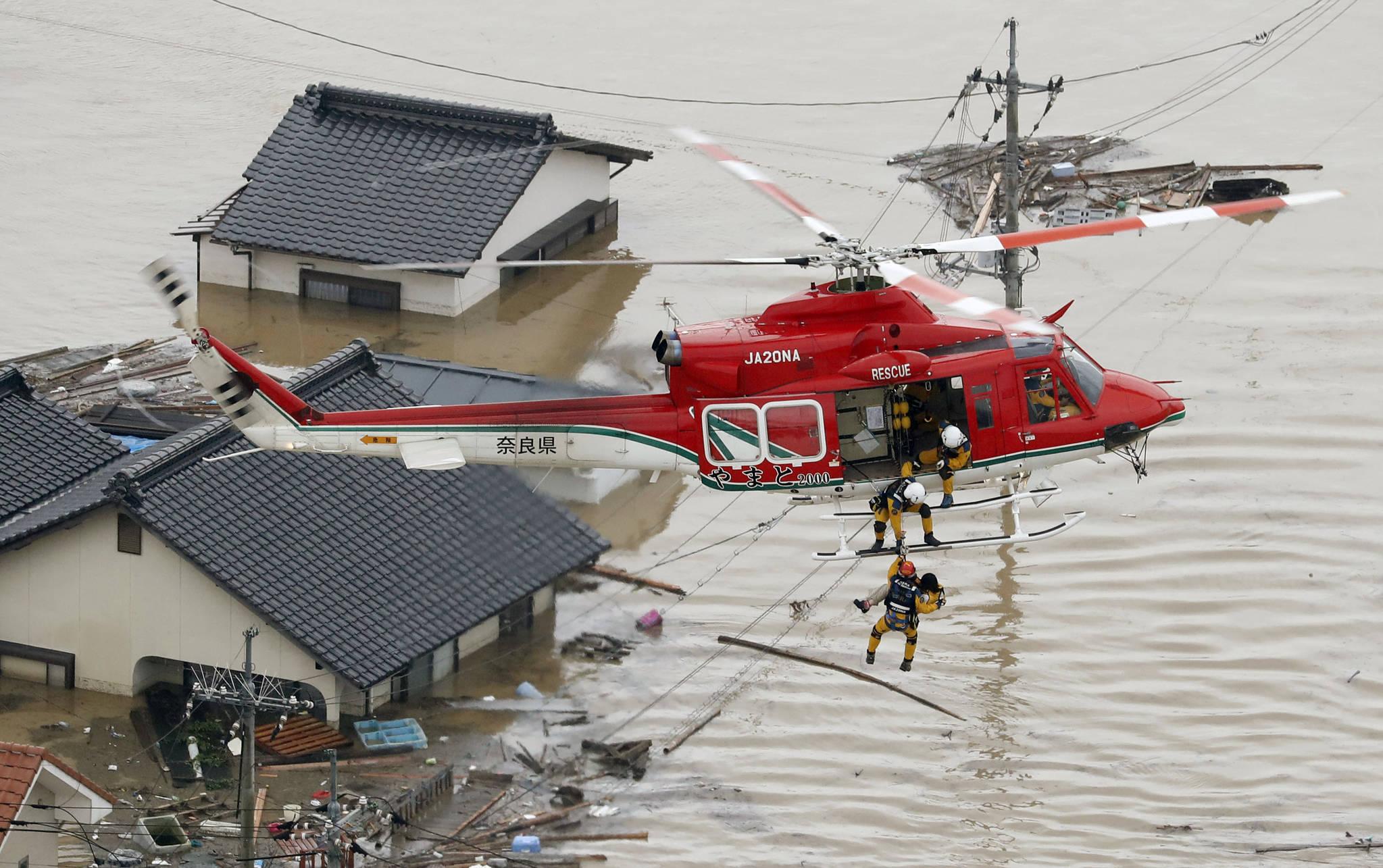 일본 오카야마(岡山)현 구라시키(倉敷)시 마비초(眞備町) 마을이 7일 물에 잠겨있다. 일본 서남부 지역에는 48시간 최고 650㎜에 이르는 폭우가 쏟아졌다. [AP 연합]