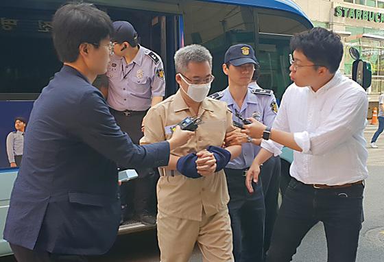 네이버 댓글 여론조작 혐의를 받는 '드루킹' 김동원 씨가 7일 조사를 받기 위해 서초구 특검 사무실로 출석하고 있다. [연합뉴스]