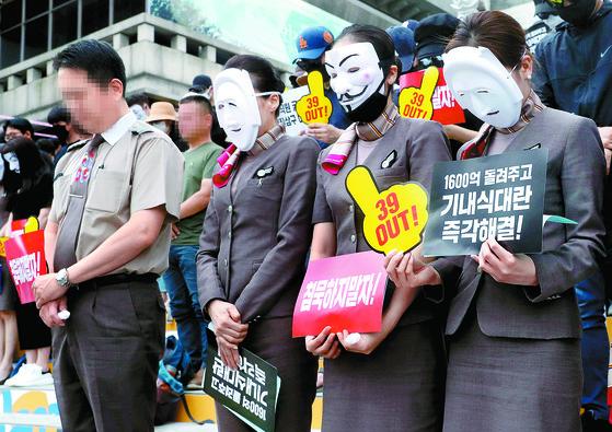아시아나 직원들이 8일 서울 광화문광장에서 열린 '아시아나항공 경영진 규탄 문화제'에 앞서 숨진 기내식 업체 대표를 추모하는 묵념을 하고 있다. [강정현 기자]