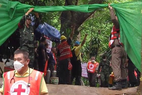 8일 오후 구조대원들이 태국 치앙라이 동굴에서 16일 만에 구조된 소년을 병원으로 옮기고 있다. [EPA=연합뉴스]