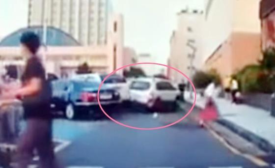 초등학생이 몬 차량이 다른 차와 충돌하는 장면 [유튜브 '엉뚱발랄' 영상 캡쳐=연합뉴스]