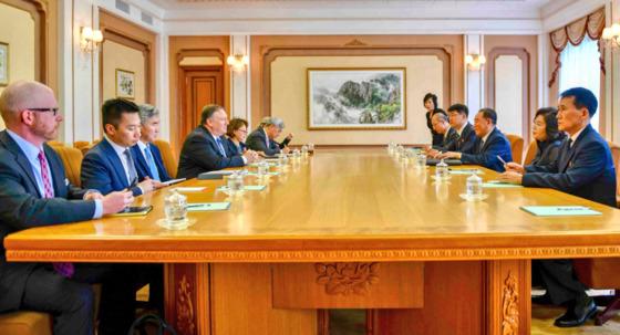 평양을 방문한 마이크 폼페이오 미국 국무장관이 지난 6일 김영철 북한 노동당 부위원장과 진행한 회담 사진을 자신의 트위터에 게재했다. [사진 마이크 폼페이오 미국 국무장관 트위터]