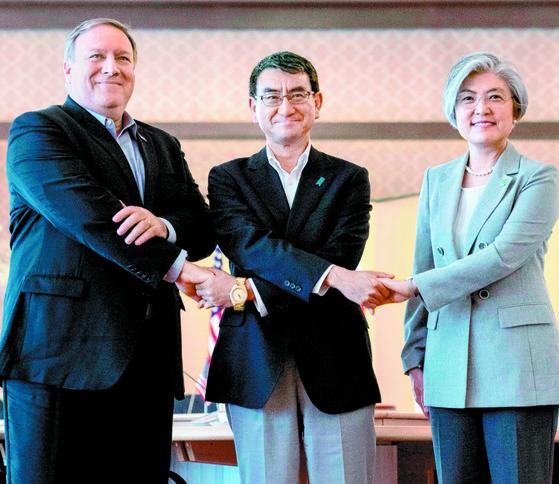 강경화 외교부 장관, 고노 다로 일본 외상, 마이크 폼페이오 미국 국무장관(오른쪽부터)이 8일 오전(현지 시간) 일본 도쿄에서 열린 한·미·일 외교장관 회담에 앞서 기념촬영을 하고 있다. [AFP=연합뉴스]