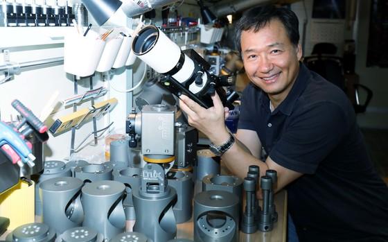 황인준씨가 적도의 부품 앞에서 천체망원경의 원리와 구조를 설명했다. 프리랜서 김성태
