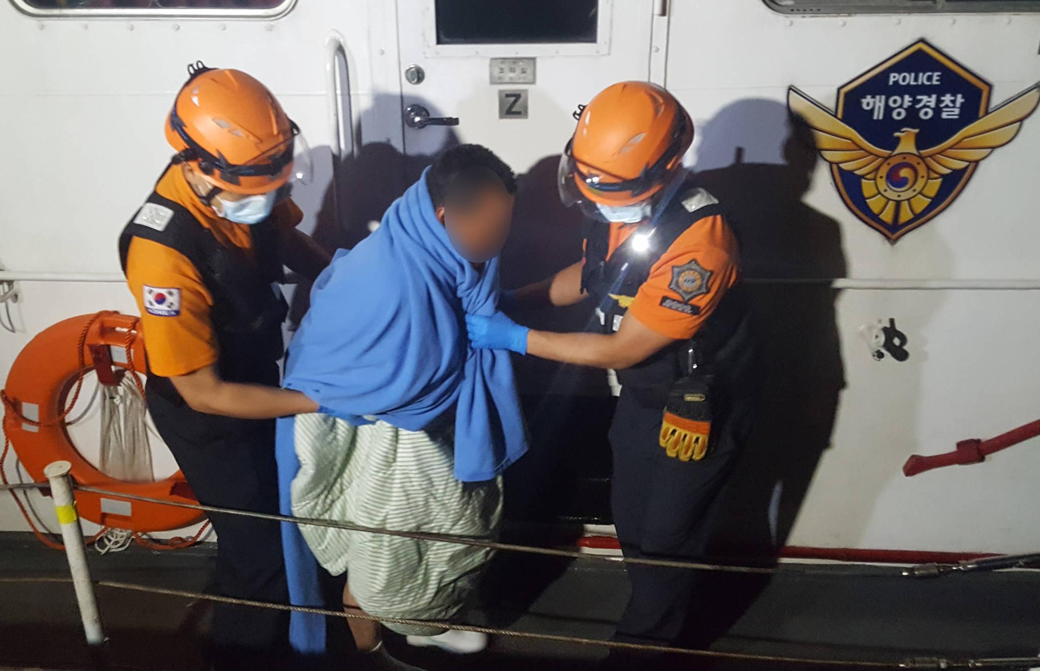 8일 오후 소방대원이 전북 군산시 어청도 인근 해상에서 뒤집힌 어선에서 구조한 생존자를 병원으로 옮기고 있다. [연합뉴스]