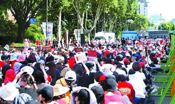 붉은 옷을 입은 여성들이 지난 7일 오후 서울 대학로에서 3차 불법 촬영 편파수사 규탄 시위를 하고 있다. 이날 집회에는 주최 측 추산 6만 명, 경찰 추산 1만9000여 명의 여성이 참가했다. [연합뉴스]