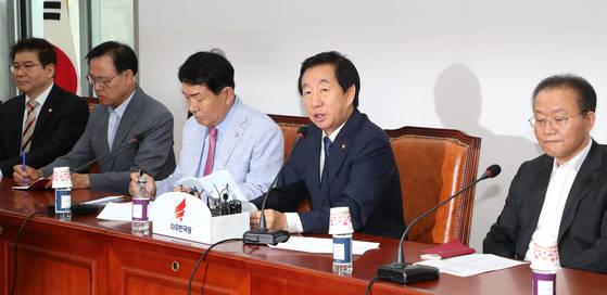 자유한국당 김성태 당대표 권한대행(오른쪽 두번째)이 9일 오전 국회에서 열린 원내대책회의에서 발언하고 있다. [연합뉴스]