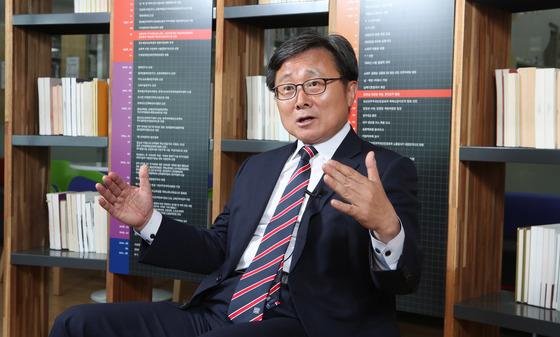 전호환 부산대 총장이 지난달 27일 교내 중앙도서관에서 연구중심대학으로의 대학발전 포부를 밝히고 있다. 송봉근 기자