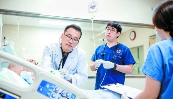 의료진은 매주 두 번 중환자 퇴실 여부를 논의한다. 환자 안전과 병실 효율성을 극대화할 수 있다. 프리랜서 김동하