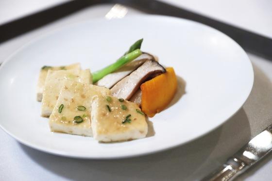 2018년 2월 23일 이방카 미국대통령 보좌관 초청 만찬 요리, 두부구이와 구운 야채. [청와대 제공]