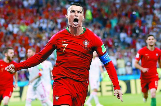 지난달 16일 열린 러시아 월드컵 B조 조별리그 1차전에서 후반 43분 프리킥 골을 넣고 기뻐하는 포르투갈의 크리스티아누 호날두. [AP]