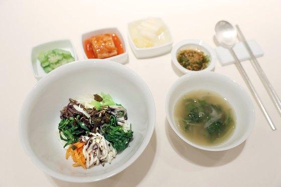 4월 27일 남북정상회담을 앞두고 청와대가 공개한 환영만찬 비빔밥과 쑥국. [청와대 제공]