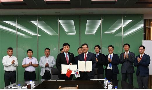 광운대 유지상 총장(앞줄 오른쪽)이 중국 연변대 김웅 총장(앞줄 왼쪽)과 교환 학생 및 국제 교류에 관한 MOU를 체결했다.