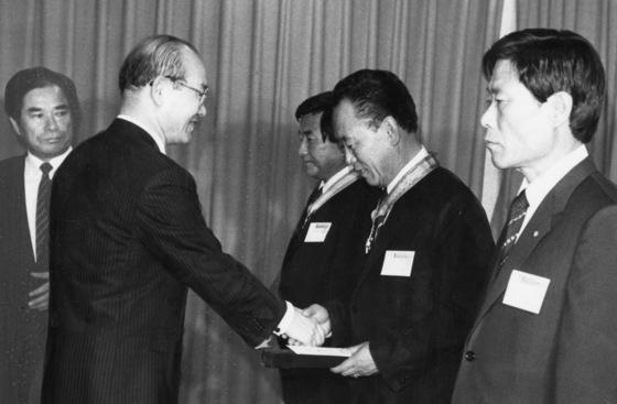 1984년 5월 전두환 전 대통령이 경제기획원에서 박인량씨(부산 형제복지원원장)에게 국민훈장 동백장을 수여하고 있다. [중앙포토]