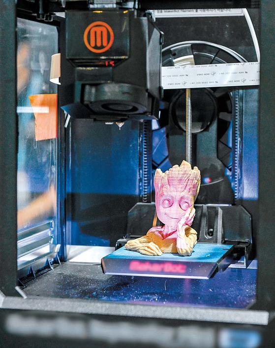 지난달 29일 경기도 일산 킨텍스에서 열린 '인사이드 3D프린팅 코리아'에서 3D프린터로 마블 캐릭터인 '그루트'를 제작하고 있다.