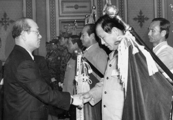 1984년 1월 전두환 전 대통령이 청와대 영빈관에서 간첩 소탕작전에 공이 많은 육군 제6128부대 등 14개 기관에 대해 표창하고 있다. [중앙포토]