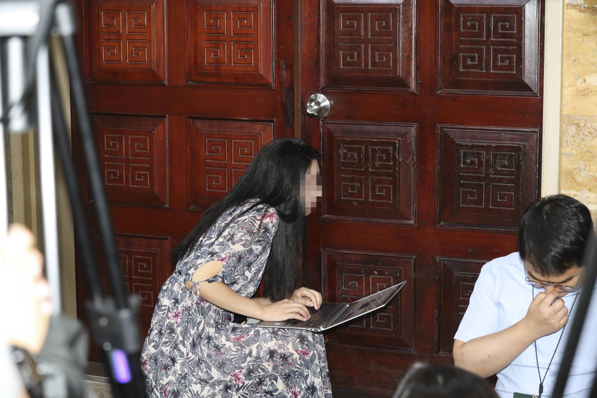 한 기자가 9일 오전 국회에서 열린 20대 국회 하반기 원 구성을 위한 국회 교섭단체 원내대표와 부대표들 회의장 분위기를 알기위해 회의장 밖에서 문에 귀를 대고 있다. 이날 회의에서는 참석자들 간 고성이 오가기도했다. 임현동 기자