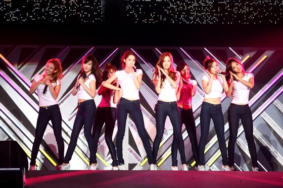 일본 도쿄돔에서 열린 SM콘서트 무대에서 노래하고 있는 소녀시대. [사진제공= SM엔터테인먼트]
