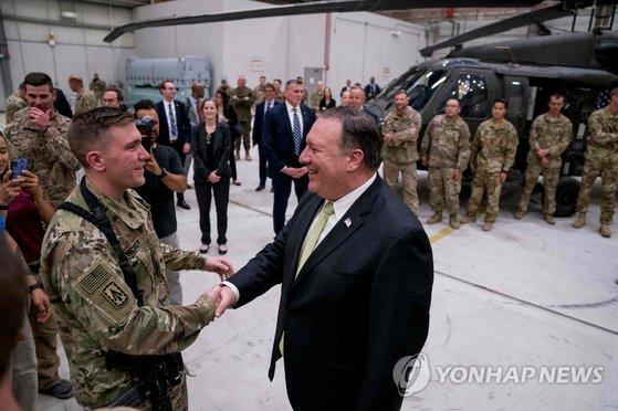 지난 9일(현지시간) 아프가니스탄을 방문해 바그람 공군기지 장병들을 격려하는 마이크 폼페이오 미국 국무장관. [AFP=연합뉴스]