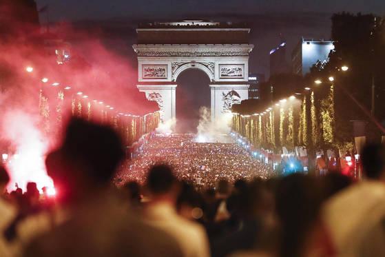 프랑스축구대표팀의 월드컵 결승진출이 확정된 뒤 샹젤리제 거리로 수만명의 축구팬들이 쏟아져나왔다. [AP=연합뉴스]