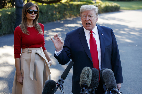 10일 유럽 출국 전 기자들의 질문에 답하고 있는 도널드 트럼프 미국 대통령(오른쪽)과 멜라니아 여사. [AP=연합뉴스]