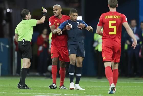 음바페는 월드컵 4강에서 시간끌기를 하다가 경고를 받았다. [AP=연합뉴스]