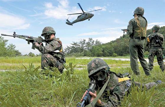 정부가 한·미 연합훈련인 을지프리덤가디언이 연기된 상황에서 을지연습의 잠정 유예를 10일 발표했다. 사진은 2017년 8월 을지프리덤가디언 훈련에 참여한 육군 55사단 기동대대의 훈련 장면. [연합뉴스]