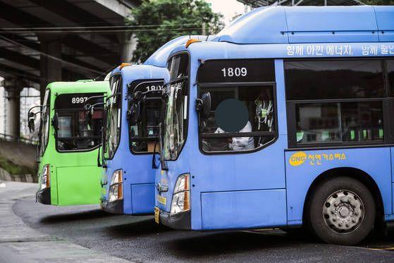 버스 기사는 지난 1일부터 주 68시간, 내년 7월부터는 주 52시간으로 근로시간이 제한된다. [중앙포토]