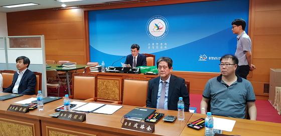 허용석 충남선거관리위원회 위원장(뒷줄 왼쪽)이 11일 오후 '1표차 당선'으로 논란이 된 청양군의원 가선구 선거 투표지를 검증한 뒤 결정을 발표하고 있다. 신진호 기자