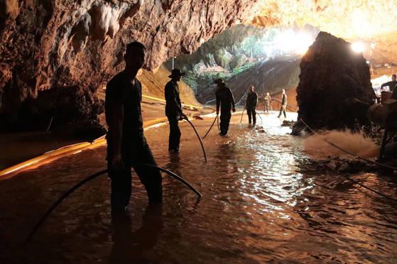 7일 동굴 안에서 배수 작업을 하는 태국 군인들. [AP=연합뉴스]