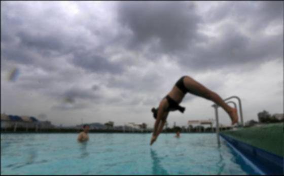 서울의 한 실외 수영장에서 다이빙을 하고 있는 모습. 사진은 본 기사와 관계 없음. [중앙포토]