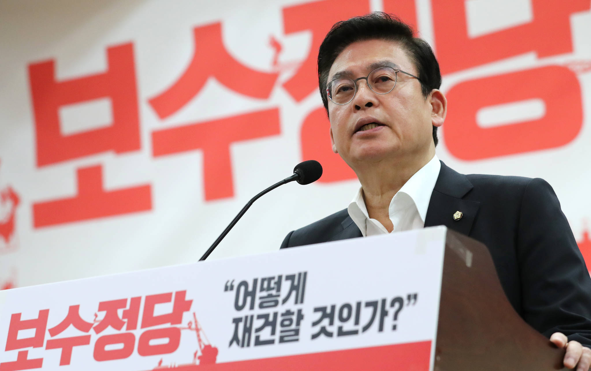정우택 자유한국당 의원이 11일 오전 국회 의원회관에서 열린 보수정당 '어떻게 재건할 것인가?' 세미나에서 환영사 하고 있다. [연합뉴스]