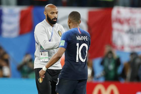 프랑스 공격수 음바페는 월드컵 4강에서 자신의 우상인 앙리 벨기에 코치 앞에서 경기를 펼쳤다. 아름다운 힐패스 등을 선보였지만 비매너 플레이도 했다. [AP=연합뉴스]