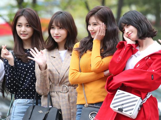 트와이스의 외국인 멤버 쯔위, 미나, 사나, 모모(왼쪽부터) 쯔위는 대만 출신이고 미나, 사나, 모모는 일본 출신이다. [뉴스1]