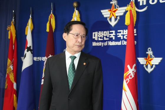 송영무 국방장관이 10일 오후 서울 용산 국방부청사 브리핑실에서 기무사 관련 특수단 발표 등 기자회견을 하고 있다.