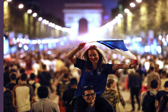 프랑스 축구팬이 축구대표팀의 월드컵 결승진출이 확정된 뒤 샹젤리제 거리에서 기뻐하고 있다. [AP=연합뉴스]
