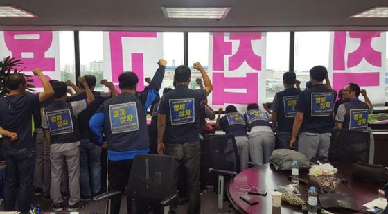 한국GM 하청업체에서 일하는 비정규직 노동자들이 지난 9일 한국GM 부평공장 본관 3층 사장실을 점거한 채 정규직 전환 등을 요구하고 있다. [연합뉴스]