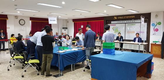 11일 오후 충남선거관리위원회에서 '1표차 당선'으로 논란이 된 청양군의원 가선구선거와 관련해 재검표가 이뤄지고 있다. 신진호 기자