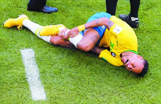 브라질 네이마르가 3일 멕시코와 16강전 후반 26분 오른발목을 밟힌 뒤 고통스러워하고 있다. 주심은 네이마르를 밟은 멕시코 라윤에게 옐로카드를 주지 않고 경기를 속행했다. [EPA=연합뉴스]