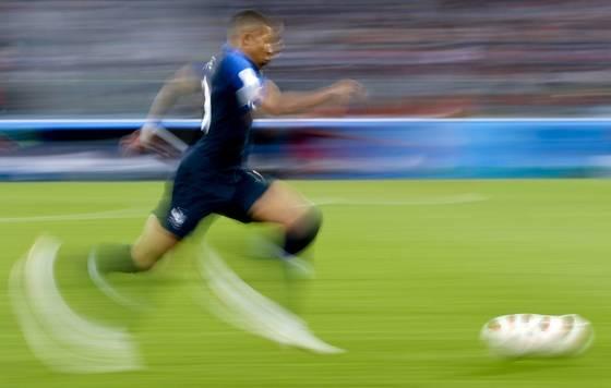 프랑스 공격수 음바페가 월드컵 4강에서 엄청난 속도로 드리블하고 있다. [AP=연합뉴스]