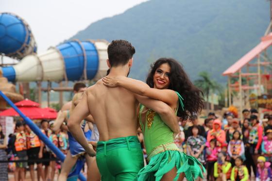 주말(토~일요일)에는 워터파크 곳곳에서 디제잉과 댄스 공연이 열린다. [사진 롯데워터파크]