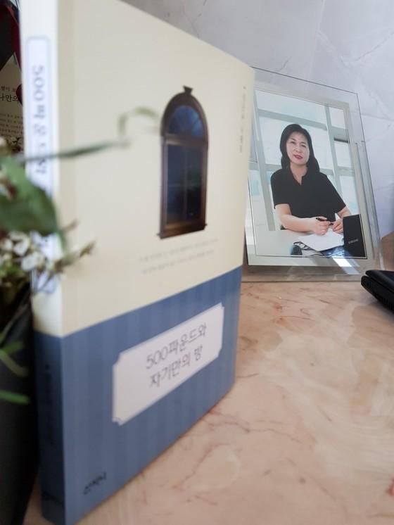수필집과 노트북, 사진이 있는 나만의 방에 있는 책상. [사진 정문숙]