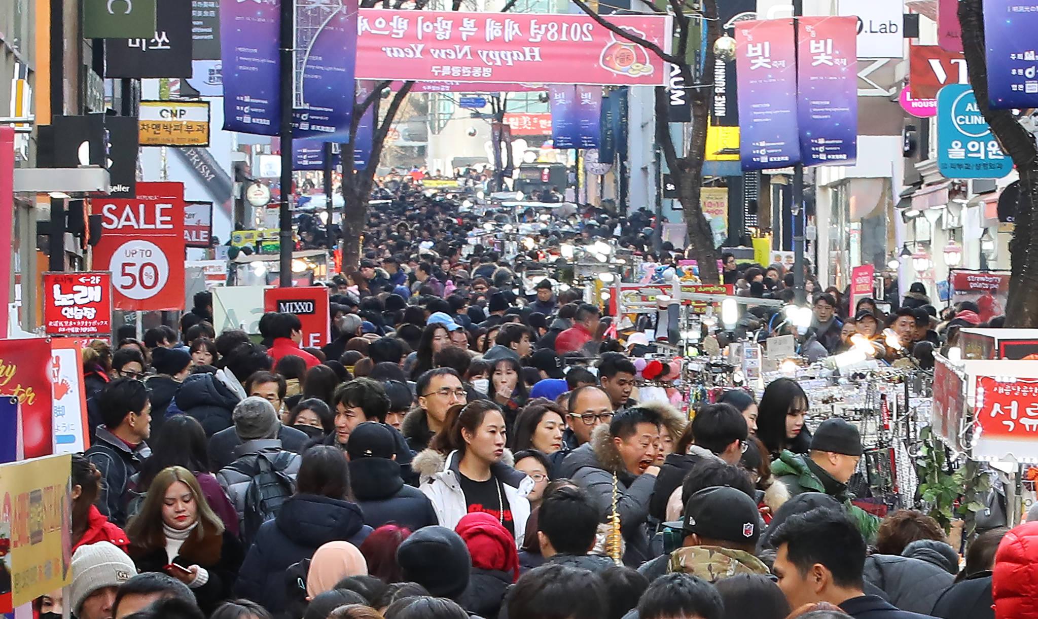 서울 명동 거리의 인파. 한국인들은 스스로의 건강을 평가했을 때 양호하다는 응답이 OECD 최하위를 기록했다. [연합뉴스]