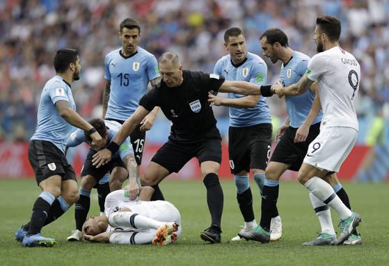 음바페는 우루과이와 8강전 2-0으로 앞선 후반 22분 시간을 끌다가 경고를 받았다. 상대 선수와 가벼운 신체접촉이었는데도 배를 움켜쥐고 그라운드를 뒹굴었다. [AP=연합뉴스]