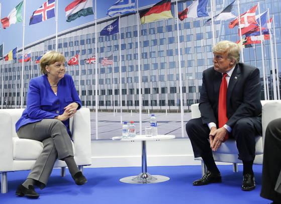 """나토 정상회담에서 도널드 트럼프 미국 대통령이 독일을 향해 """"러시아의 포로""""라고 한 발언이 파문을 일으킨 가운데 트럼프 미 대통령과 앙겔라 메르켈 독일 총리(왼쪽)가 회담에서 서로를 묘한 표정으로 바라보고 있다. [AP=연합뉴스]"""