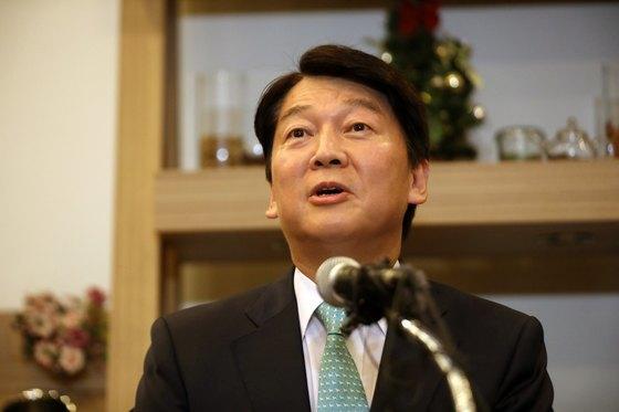 바른미래당의 안철수 전 대표가 12일 오후 서울 여의도의 한 카페에서 기자간담회를 열고 정치 휴지기 돌입 입장을 밝히고 있다. [뉴스1]