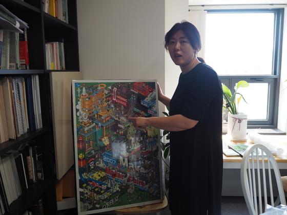 이지선 숙명여대 시각영상디자인학과 교수가 메이커페어 포스터를 설명하고 있다. [장유진 인턴기자]
